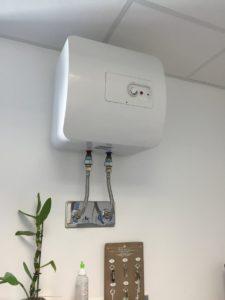 Installation d'un chauffe-eau sur évier
